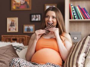 Злоупотребление сладким при беременности - одна из причин молочницы